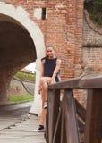 Ritratto di seduta sorridente della donna all'aperto fotografia stock libera da diritti