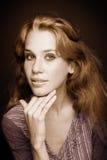 Ritratto di seppia di bella giovane donna fotografie stock libere da diritti