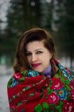 Ritratto di signora in sciarpa rossa Immagine Stock