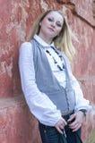 Ritratto di sogno della donna bionda caucasica in camicia bianca Fotografia Stock