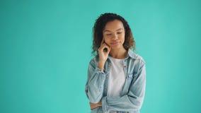 Ritratto di sogno di pensiero della donna afroamericana graziosa sul fondo blu archivi video