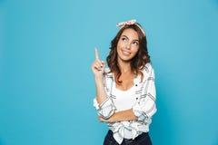 Ritratto di sorridere d'uso emozionante adorabile della fascia della donna 20s immagini stock