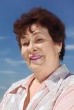 Ritratto di sorridere della donna del pensionato del brunette Immagine Stock Libera da Diritti