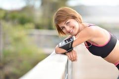 Ritratto di sorridere pareggiante allegro della donna Fotografie Stock