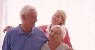 Ritratto di sorridere senior di medico e delle coppie stock footage