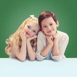 Ritratto di sorridere sveglio due allievi dei bambini Immagini Stock Libere da Diritti