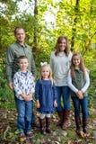 Ritratto di stile di vita dei cinque Person Family Outdoors Fotografie Stock Libere da Diritti