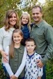 Ritratto di stile di vita dei cinque Person Family Outdoors Fotografie Stock
