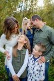 Ritratto di stile di vita dei cinque Person Family Outdoors Immagini Stock