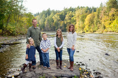 Ritratto di stile di vita dei cinque Person Family Outdoors Fotografia Stock Libera da Diritti
