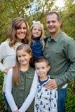 Ritratto di stile di vita dei cinque Person Family Outdoors Fotografia Stock