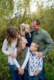 Ritratto di stile di vita dei cinque Person Family Outdoors Immagine Stock