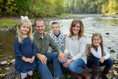 Ritratto di stile di vita dei cinque Person Family Outdoors Immagine Stock Libera da Diritti