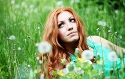 Ritratto di stile di vita del dente di leone di salto della giovane della molla donna di modo nel giardino di primavera Fotografia Stock
