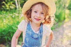 Ritratto di stile di vita della ragazza felice del bambino in paglia di estate Fotografie Stock Libere da Diritti