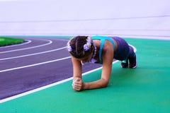 Ritratto di stile di vita di giovane e ragazza atletica che fa riscaldamento e allenamento ed allungare Fotografie Stock Libere da Diritti