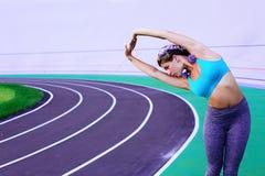 Ritratto di stile di vita di giovane e ragazza atletica che fa riscaldamento e allenamento ed allungare Fotografia Stock Libera da Diritti