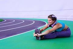 Ritratto di stile di vita di giovane e ragazza atletica che fa riscaldamento e allenamento ed allungare Immagine Stock