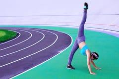 Ritratto di stile di vita di giovane e ragazza atletica che fa riscaldamento e allenamento ed allungare Immagini Stock
