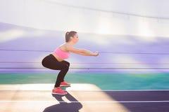 Ritratto di stile di vita di giovane e ragazza atletica che fa riscaldamento e allenamento ed allungare Fotografia Stock