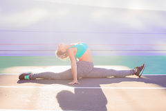 Ritratto di stile di vita di giovane e ragazza atletica che fa riscaldamento e allenamento ed allungare Fotografie Stock