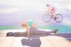 Ritratto di stile di vita di giovane e ragazza atletica che fa riscaldamento e allenamento ed allungare Immagini Stock Libere da Diritti