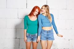 Ritratto di stile di vita di modo di giovani ragazze dei pantaloni a vita bassa Immagine Stock