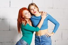 Ritratto di stile di vita di modo di giovani ragazze dei pantaloni a vita bassa Immagini Stock