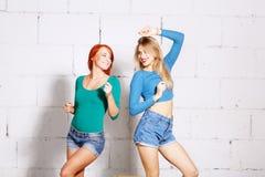 Ritratto di stile di vita di modo di giovani ragazze dei pantaloni a vita bassa Fotografia Stock