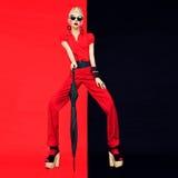 Ritratto di stile nero e rosso affascinante di signora del fashoin Fotografie Stock Libere da Diritti