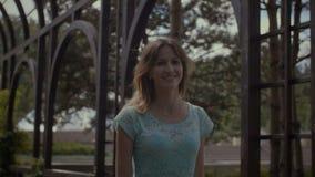 Ritratto di stile di vita della ragazza sorridente che cammina nel parco stock footage