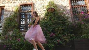 Ritratto di stile di vita di modo di giovane donna divertente in gonna di Tulle stock footage