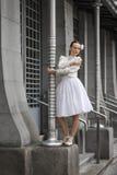 Ritratto di stile di vita di una giovane donna elegante fotografia stock