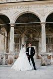 Ritratto di stupore di una coppia di nozze vicino al vecchio castello fotografie stock
