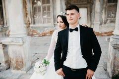Ritratto di stupore di una coppia di nozze vicino al vecchio castello fotografia stock