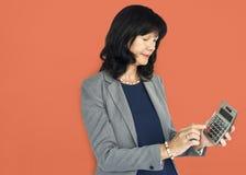 Ritratto di successo di Smiling Happiness Calculator della donna di affari concentrato Immagini Stock