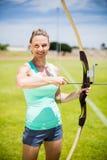 Ritratto di tiro con l'arco di pratica dell'atleta femminile Immagine Stock Libera da Diritti