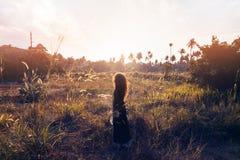 Ritratto di tramonto di bella giovane donna su un campo Fotografia Stock