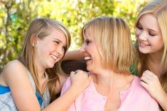 Ritratto di un abbracciare della figlia e della madre Fotografia Stock