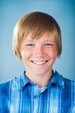 Ritratto di un adolescente che osserva in su Immagine Stock Libera da Diritti