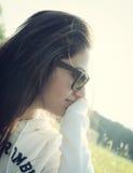 Ritratto di un adolescente con gli occhiali da sole Fotografia Stock Libera da Diritti
