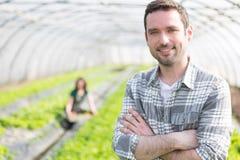 Ritratto di un agricoltore attraente in una serra Fotografie Stock