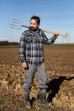 Ritratto di un agricoltore europeo con una forca Fotografia Stock