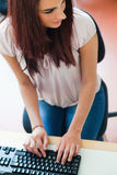 Ritratto di un allievo che per mezzo di una tastiera Fotografia Stock Libera da Diritti