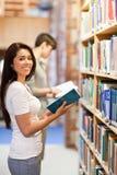 Ritratto di un allievo del brunette che tiene un libro Immagini Stock Libere da Diritti