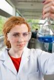 Ritratto di un allievo di scienza che tiene una boccetta Fotografia Stock