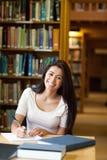 Ritratto di un allievo sorridente che scrive un documento Immagini Stock Libere da Diritti