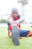 Ritratto di un allungamento dell'atleta dell'afroamericano Fotografia Stock Libera da Diritti
