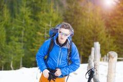 Ritratto di un alpinista con uno zaino Fotografia Stock