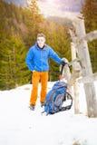 Ritratto di un alpinista con uno zaino Immagine Stock Libera da Diritti